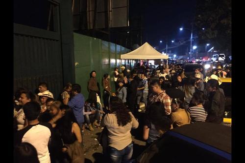 Los seguidores se reunieron en las afueras del estadio donde se realizaría el concierto. (Foto Nuestro Diario)