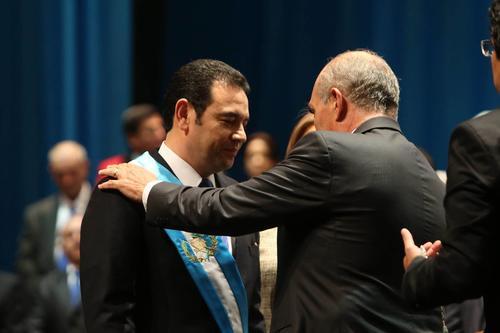 Jimmy Morales fue investido como Presidente de la República por el Presidente del Congreso, Mario Taracena. (Foto: EFE)
