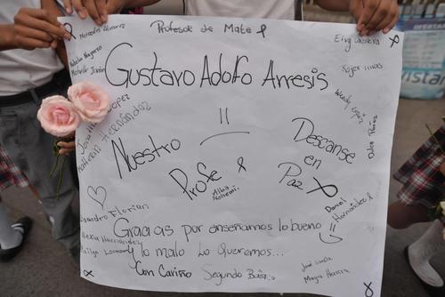 Estudiantes prepararon diferentes carteles con mensajes de despedida para su profesor. (Foto: Wilder López/Soy502)