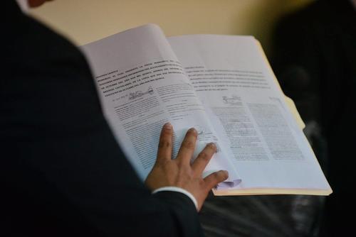 Cano presentó las pruebas de la supuesta alteración del expediente de Baldetti. (Foto Wilder López/Soy502)