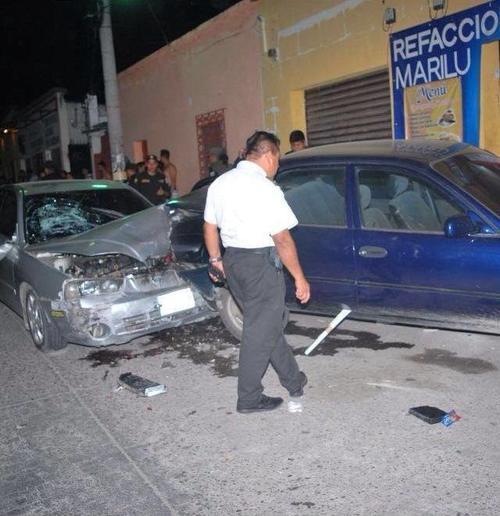 Los responsables de los destrozos portaban una pistola y una tolva vacía. Además de enfrentar a la justicia, deberán pagar los daños materiales de los vehículos que chocaron. (Foto: PNC)