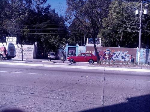 Encapuchados desalojan las instalaciones del EFPEM luego de tomarlas como medida de protesta. (Foto: Alejandro Balán/ Soy502)