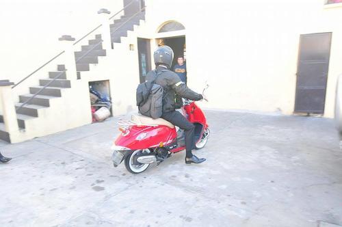 El nuevo Alcalde de Mixco llegó al Oratorio Santo Domingo de Guzmán a bordo de una motoneta. (Foro Alejandro Balán/Soy502)