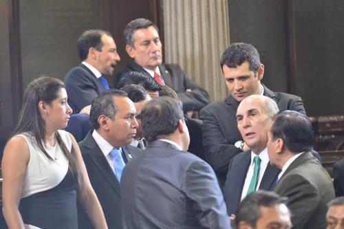 Aunque tuvieron 2 semanas para analizar las reformas a la Ley Orgánica del Congreso, a última hora los diputados negociaban las enmiendas. (Foto: Jesús Alfonso/Soy502)