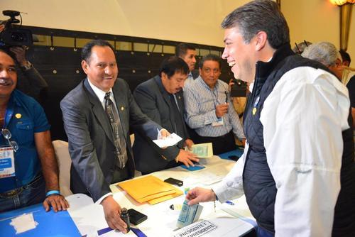 Edwin Escobar, luego de emitir su voto. (Foto: Jesús Alfonso/Soy502)