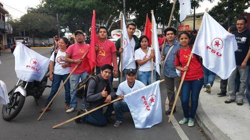 Fausto Rosales (con boina) participa en la marcha del pasado 1 de mayo en Guatemala. (Foto: Facebook Fausto Rosales)
