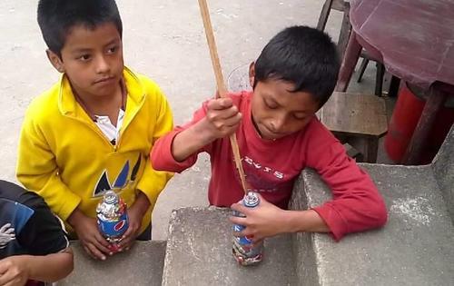 Niños preparan ecoladrillos para entregarlos en la Biblioteca Bernardo Lemus Mendoza a cambio de que les entreguen útiles escolares. (Foto: Facebook/ Biblioteca Bernardo Lemus)