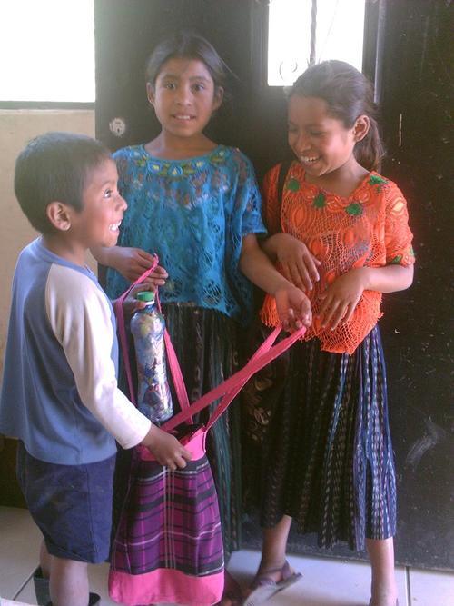 Niños de Purulhá llevan ecoladrillos a la Biblioteca Bernardo Lemus Mendoza para que les entreguen los útiles escolares solicitados en las listas escolares. (Foto: Facebook/ Biblioteca Bernardo Lemus)
