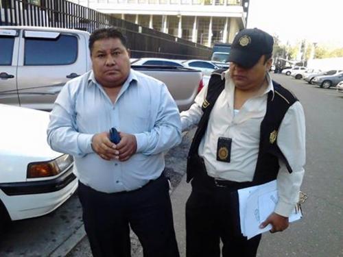Al momento de la captura del inspector, se le decomisó un sobre con el dinero que exigió a la propietaria del colegio. (Foto MP)