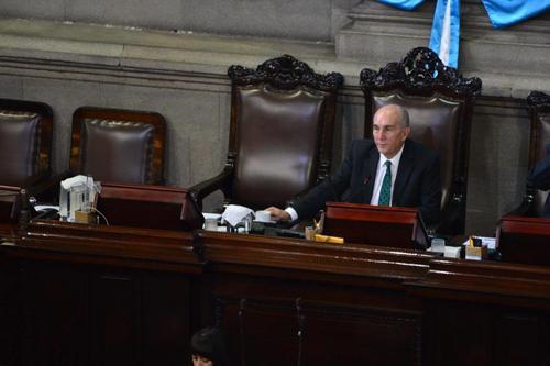 La Junta Directiva encabezada por Mario Taracena prohibió el cobro de horas extra para quienes ganen más de 20 mil quetzales. (Foto: Jesús Alfonso/Soy502)