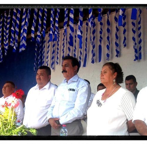 El alcalde de Las Cruces, Petén, aparece al centro y a su lado el concejal Sánchez que fue asesinado. (Foto: Facebook Municipalidad Las Cruces)
