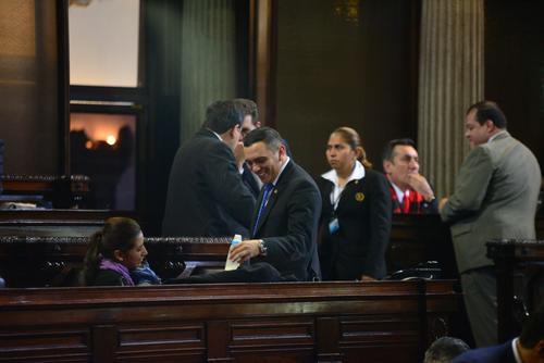 Varios diputados llegaron a saludar al hijo de Eva Monte. (Foto: Wilder López/Soy502)