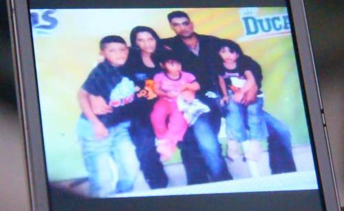 Cristino muestra una foto familiar de su hija. (Foto: Fredy Hernández/Soy502)