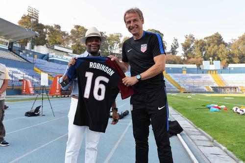 Todd Robinson recibió una camisola de manos de Jurgen Klinsmann, con el número 16. (Foto: Embajada de Estados Unidos)