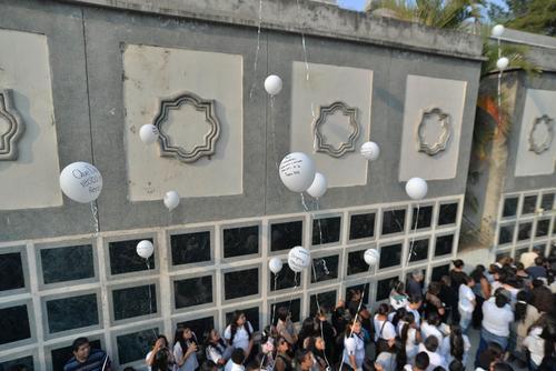 Alumnos del Liceo Javier soltaron globos blancos en el sepelio del estudiante. (Foto: Wilder López/Soy502)