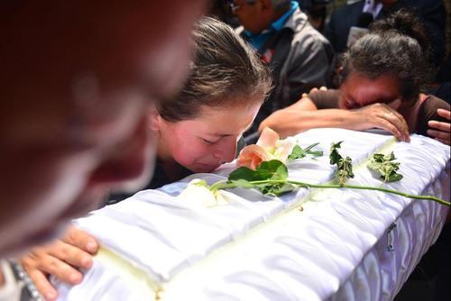 La madre de Maycol y la abuela, lloran la muerte del niño. (Foto: Archivo/Soy502)
