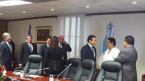 El presidente Jimmy Morales asistió a la Asamblea Legislativa en donde realizaron una sesión solemne. (Foto: SCSP)
