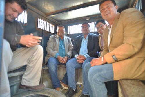 Obdulio Mendoza y sus hijos en un camión de Presidios durante su traslado a la cárcel Mariscal Zavala. (Foto: Wilder López/Soy502)