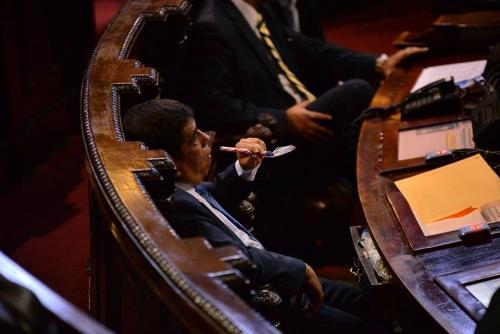 """El diputado Edgar Arévalo, del PP, degustaba un """"pizarrín"""" mientras en el Congreso se discutía el orden del día y la sesión rápidamente se extinguía. (Foto: Wilder López/Soy502)"""