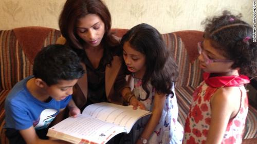 La esposa de Raif Badawi, Ensaf Haidar, vive en Líbano junto a sus tres hijos; distanciada de su familia dijo que sería imposible de llevar a sus hijos de vuelta a Arabia Saudí. (CNN)