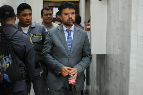 Jonathan Chévez, sale del juzgado B de Mayor Riesgo. (Foto: Alejandro Balán/Soy502)