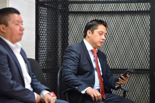 Mario Cano durante la audiencia del caso Lago de Amatitlán se ubicó en la última silla. (Foto: Camila Chicas/Soy502)