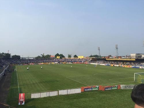 Así luce el estadio Carlos Salazar en Mazatenango a pocos minutos del inicio de la gran final entre Suchitepéquez contra Comunicaciones. (Foto: Pedro Pablo Mijangos/Soy502)