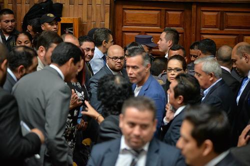 El receso fue aprovechado por Otto Pérez Molina, Roxana Baldetti, Juan de Dios Rodríguez y los exministros recién capturados para conversar. (Foto: Wilder López/Soy502)