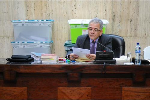 El juez Miguel Ángel Gálvez deberá resolver al final de la diligencia la situación legal de los 57 imputados por el MP. (Foto: Archivo/Soy502)