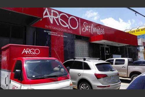 Vista externa de la fachada de las oficinas de la empresa ARCO, propiedad de Alejandro Sinibaldi, ubicadas en la zona 9 capitalina. (Foto: archivo/Soy502)