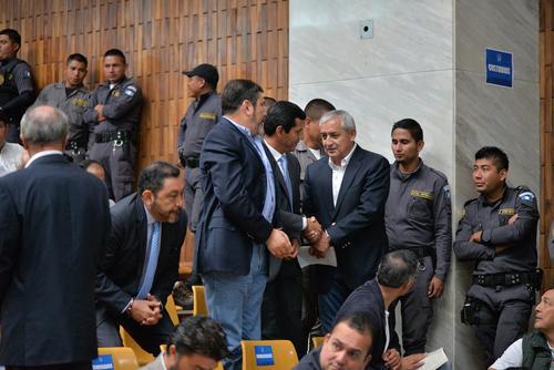 Los exministros involucrados en la coperacha saludan a Otto Pérez durante una audiencia. (Foto: Archivo/Soy502)