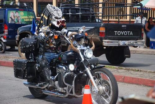 El motorista disfrazado de Depredador es originario de Huehuetenango. (Foto: Facebook TCN Canal 2 Quiché)