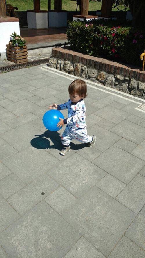 Matías de 1 año 9 meses, es un niño muy activo y fanático de las palotas. (Foto: María Fernanda Furlán)