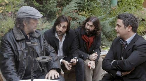 El Cantante Alejandro Sanz (derecha) conversa con Paco de Lucía (izquierda) y otros cantantes y productores, durante su asistencia a la capilla ardiente del cantaor Enrique Morente. (Foto:Elpais.com)