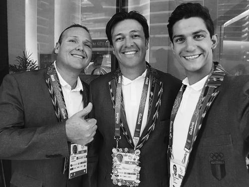 Los hermanos Brol compartieron con Charles Fernández, el día de la inauguración el 5 de agosto. (Foto: Facebook)
