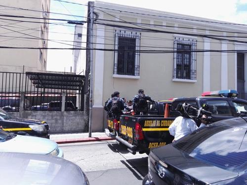 En las afueras del Edificio 7 y 10  se ve el resguardo de la PNC por la posible amenaza de bomba. (Foto: Soy502)