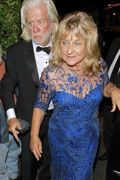 Irmelin Indenbirken, la madre de DiCaprio, llega a la fiesta tras los Oscar. (Foto: Cordon Press)
