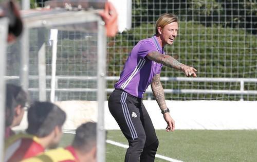 Guti dirige el banquillo del equipo juvenil. (Foto: El País)