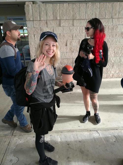 Megan Massacre y Cervena Fox, en el aeropuerto internacional Mundo Maya, de Petén.
