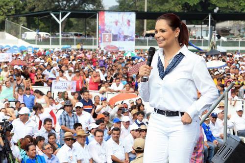 La vicepresidenta intentó ayer poner buena cara mientras presentaban su informe de gobierno en Escuintla. (Foto: Facebook de Roxana Baldetti).