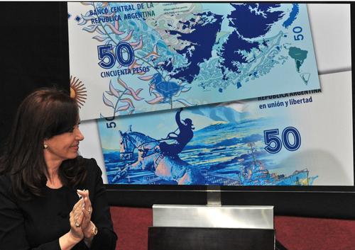 Fernández presenta el billete de 50 pesos que conmemora la guerra de Las Malvinas. (Foto: Cristina Fernández/Facebook)
