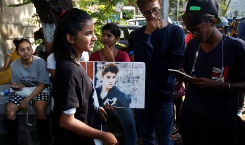 Fan esperan fuera del estadio donde se presentará Justin Bieber. (Foto: REUTERS)
