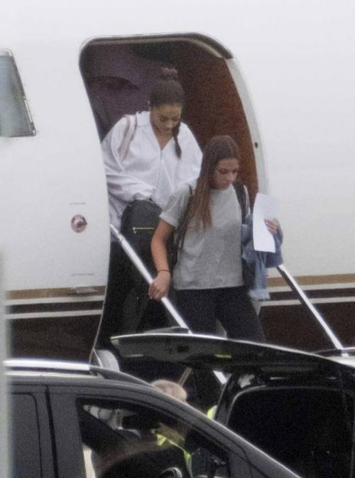 Ariana Grande, este viernes a su llegada al aeropuerto de Londres. (Foto: GTRES)