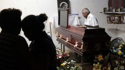 Familiares y amigos acudieron a velar el cuerpo de Miguel Ángel Jiménez en la localidad de Xaltianguis. (Foto AFP)