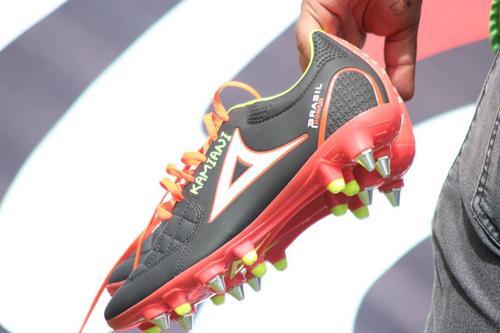 Kamiani mantuvo su tradición de regalar un par de botas cuando marca. (Foto: José Dávila/Soy502)