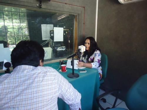 La organización hace la promoción del festival a través de las radios, como es el caso de esta emisora en Cacahoatán, Soconusco, México. Foto Festival Poesía/Facebook