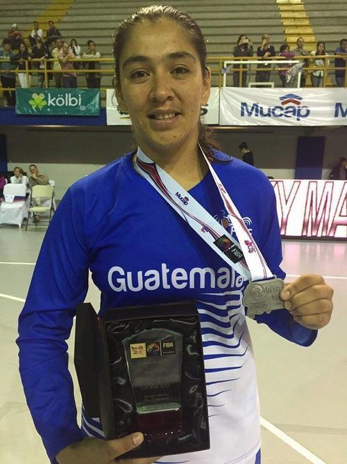 La guatemalteca Vanesa Vásquez recibió el galardón como una de las mejores jugadoras del campeonato. (Foto: Cortesía)