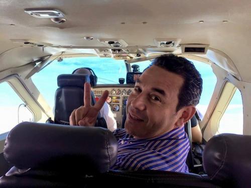 Uno de los helicópteros que utilizó Jimmy Morales durante la campaña electoral fue inmovilizado por el Ministerio Público, pues está vinculado a Alejandro Sinibaldi, quien ahora es buscado por la justicia por lavado de dinero. (Foto: Facebook / Jimmy Morales)