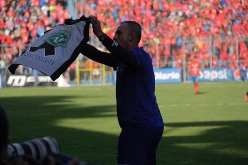 Janderson Pereira celebro con una camisa del Chapecoense. (Foto: Fredy Hernández/Soy502)