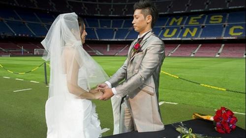 Una pareja de chinos, Liu Shutong y Liu Panqiu se casaron en el Camp Nou, luego de que se comprometieron en el mismo escenario, un año y medio atrás. (Foto: Sport)